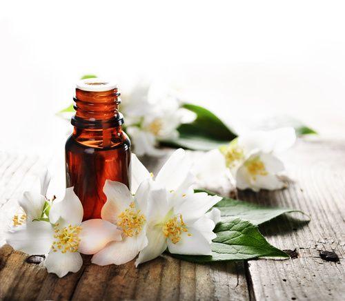 Oli essenziali e oli vegetali: applicazioni in ambito healthcare e skincare. Scelta, aspetti qualitativi, tossicità, caratteristiche e proprietà.